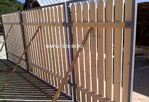 Poarta din lemn cu cadrul metalic